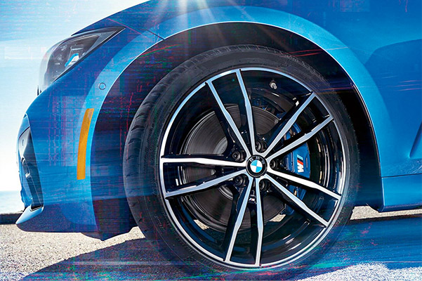 2020 BMW 3 Series: Blue calipers and 19 inch M Double-spoke jet black wheels