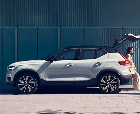 The XC40 Recharge Open trunk on a Volvo Car with 3 people talking