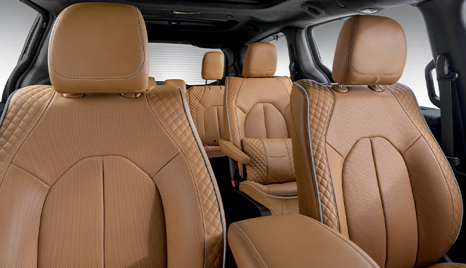 Pinnacle™ trim shown in Black/Caramel interior combination.