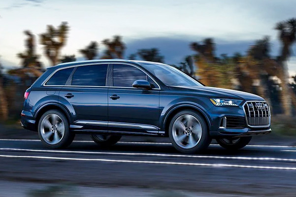 2021 Audi Q7 Side view in motion
