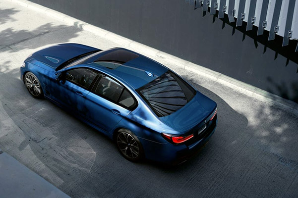 Let some extra light in with the 2021 BMW 5 Series Sedan's standard moonroof.