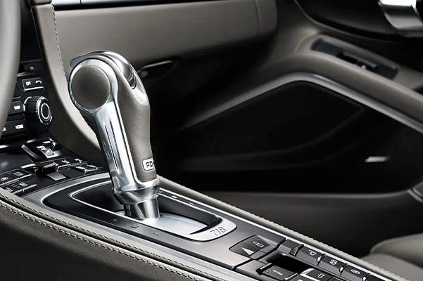 2021 Porsche 718 Cayman gear shifter
