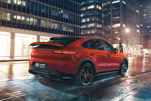 2021 Porsche Cayenne Driving wet city streets