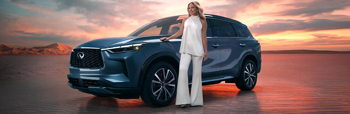 Kate Hudson beside the All-New 2022 INFINITI QX60 Crossover SUV
